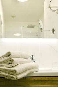 A bathroom at Hotel Belle-Vue Vieux-Port