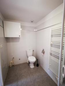 A bathroom at Logement entier avec terrasse ensoleillé
