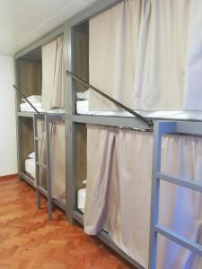 A bunk bed or bunk beds in a room at Draft Hostel & Rooms