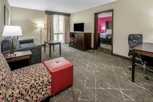 A seating area at La Quinta by Wyndham Dallas I-35 Walnut Hill Ln