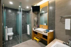 A bathroom at Silks Place Yilan