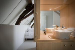 A bathroom at Teaching Hotel