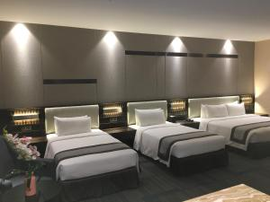 A bed or beds in a room at Horizon Hotel