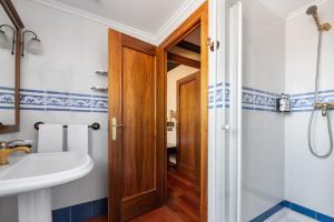 A bathroom at Hotel Conde Rodrigo I