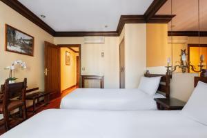 A bed or beds in a room at Hotel Conde Rodrigo I