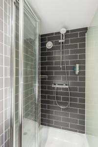 A bathroom at Holiday Inn Express Strathclyde Park M74, Jct 5, an IHG Hotel