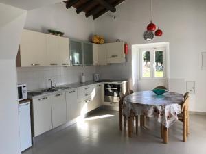 A kitchen or kitchenette at Horta da Rosa