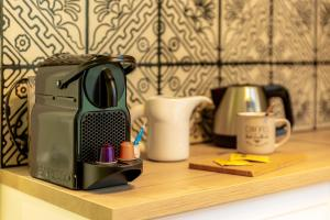 Coffee and tea making facilities at Les appartements chics du Vieux-Port