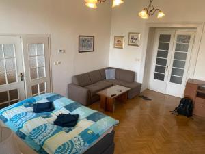 Area soggiorno di Centrally located 3BD home near National Museum