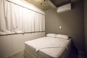 Cama ou camas em um quarto em Joy Hostel & Suítes