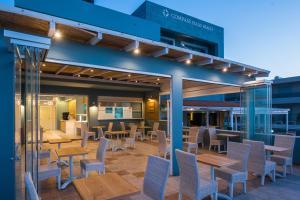 Ein Restaurant oder anderes Speiselokal in der Unterkunft Compass beach