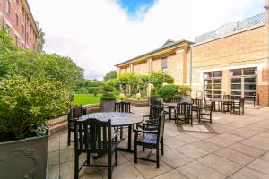 A restaurant or other place to eat at Clarion Cedar Court Bradford Hotel