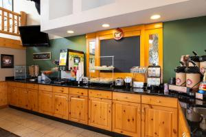 A restaurant or other place to eat at Cobblestone Hotel & Suites - Ladysmith