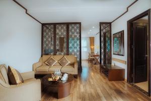 A seating area at Thang Long Opera Hotel