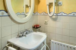 Salle de bains dans l'établissement Hostal Almadiero