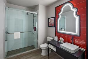 A bathroom at Hotel Indigo San Antonio Riverwalk, an IHG Hotel