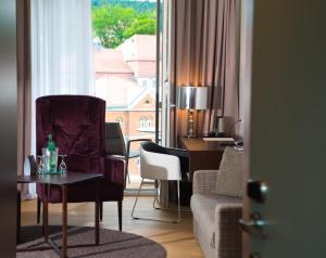 A seating area at Hotel König Albert