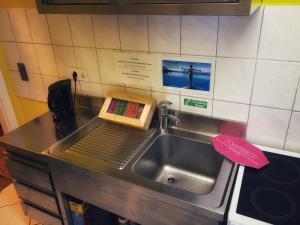 A kitchen or kitchenette at Backpackers Düsseldorf