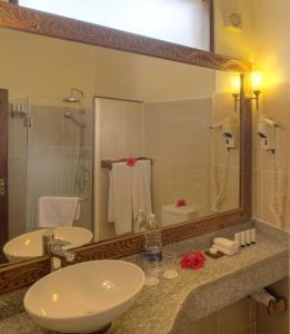 Een badkamer bij Sultan Sands Island Resort
