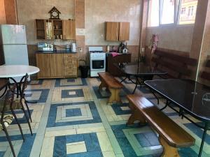 Кухня или мини-кухня в Гостевой дом «Тома»