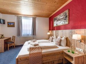 A bed or beds in a room at Hotel Haus Tirol