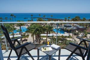 Vista sulla piscina di Hotel Riu Palace Tenerife o su una piscina nei dintorni