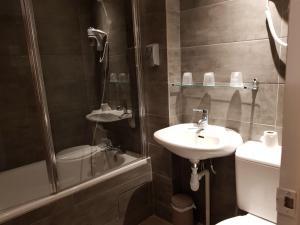 A bathroom at Hôtel du Maine
