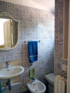 A bathroom at Spazioso bilocale a due passi dalla spiaggia