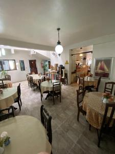 A restaurant or other place to eat at Hotel Rota Do Mar Inn Itajaí Navegantes