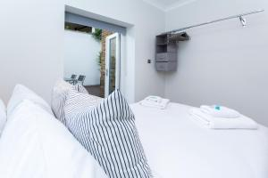 A bed or beds in a room at Caledonian Bright One-Bedroom Apartment with Private Decked Garden