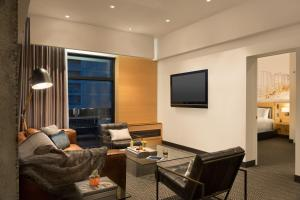 A seating area at Hotel PUR, Quebec, a Tribute Portfolio Hotel