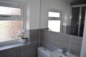 A bathroom at Contractors Delight Near Luton Airport