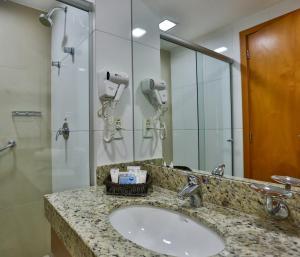 A bathroom at Quality Hotel & Suites Brasília