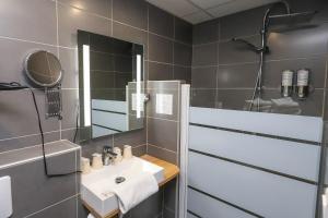 A bathroom at Hôtel La Réserve de Brive