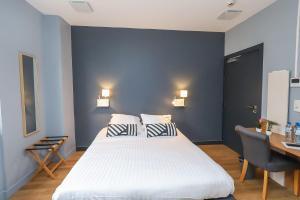 A bed or beds in a room at Hôtel La Réserve de Brive