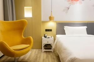 A bed or beds in a room at Paco Hotel Guangzhou Beijing Road Metro Branch