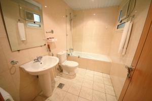 Um banheiro em Al Rabitah Al Fondoqeiah Hotel Apartments