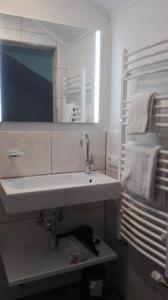 Kamar mandi di Gästehaus Hosp