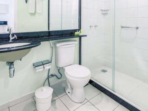 A bathroom at Mercure Angra dos Reis