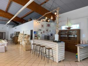 Salon ou bar de l'établissement Appartements et chambres des Joncas