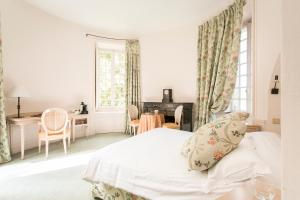 A bed or beds in a room at Hôtel Chateau Golf des Sept Tours by Popinns
