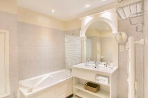 A bathroom at Hôtel Chateau Golf des Sept Tours by Popinns