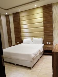 Cama ou camas em um quarto em بيت الدومه النرجس 2