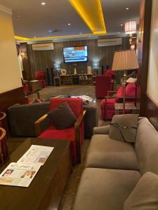O lounge ou bar de ابهى لمار للشقق الفندقيه