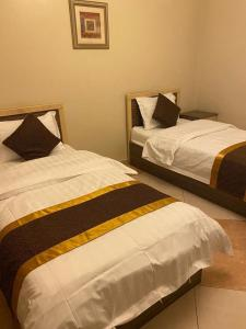 Cama ou camas em um quarto em ابهى لمار للشقق الفندقيه