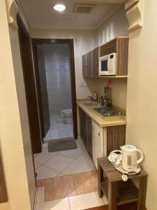 A cozinha ou cozinha compacta de ابهى لمار للشقق الفندقيه