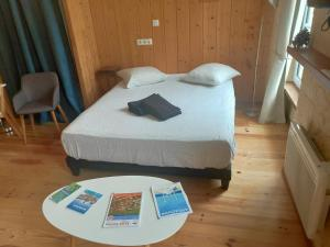 A bed or beds in a room at Les Appartements de la Victoire