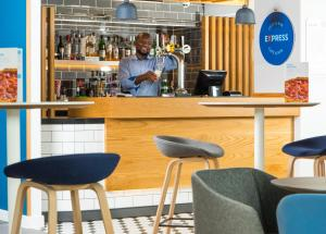 The lounge or bar area at Holiday Inn Express Cardiff Bay, an IHG Hotel