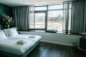 A bed or beds in a room at De Pier Suites