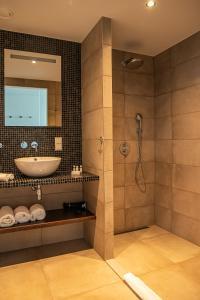 A bathroom at De Pier Suites